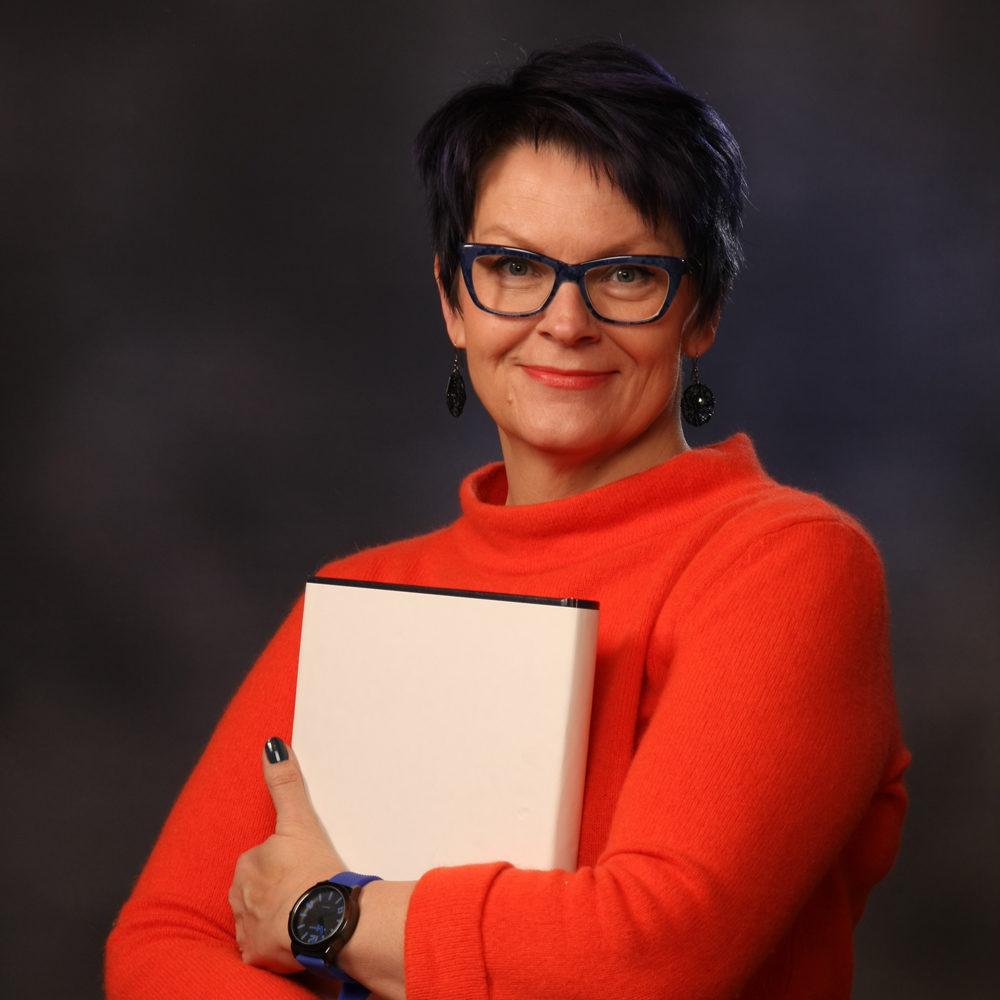 Oili Valkila, suomen kielen ja puheviestinnän maisteri ja logonomi