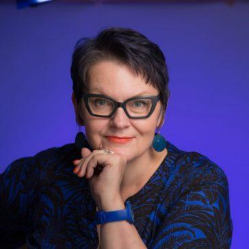 Oili Valkila, FM (suomen kieli, puheviestintä), MHT (yrityshallinto), logonomi, puhetaidon opettaja